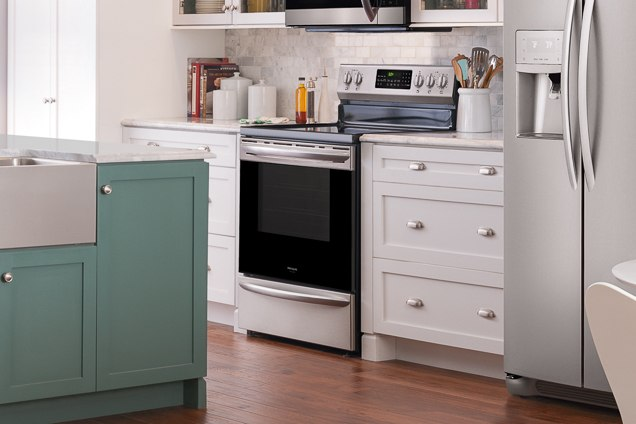 The Frigidaire FGEF3059TF is actually proven fittingly in a kitchen starting alongside light-themed bloomers and counter surfaces.